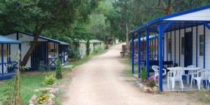 L'établissement Bungalows Turismar Village se trouve à 5 minutes de route de la plage de Tossa de Mar, sur la Costa Brava. Ce complexe de bungalows en bois de style chalet dispose d'une piscine extérieure ouverte en saison et d'un parking gratuit.