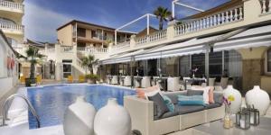 Le Van der Valk Hotel Barcarola est unhôtel de style méditerranéen idéal pour passer un séjour à la plage sur l'une des plus belles baies de la Costa Brava. Ilvous accueilleà seulement 30 mètres de la plage de Sant Pol, dans la belle ville de S'Agaró.