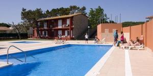 Cet établissement est situé sur le parc naturel du Montgri et des îles Medes, à 500 mètres de la plage de Mas Pinell. L'Apartamentos 3 Delfines propose des appartements climatisés et une piscine privée.