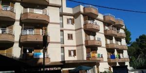 L'Apartamentos Eva est situé dans un quartier calme de Lloret de Mar, à 5 minutes à pied de la plage et de la promenade en front de mer. Il dispose d'une piscine extérieure et d'appartements avec balcon.