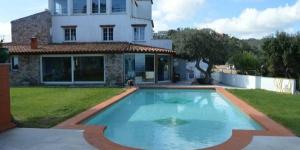 Dotée d'une piscine et d'un jardin privés, la Villa Flores Begur se trouve à Begur. Cette villa de huit chambres offre une vue sur la mer et peut accueillir 24 personnes.