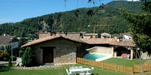 Located in the small village of Sant Pau de Seguries, El Mariner La Païssa offers a rustic country house with an outdoor swimming pool and views over the Catalan countryside. Each house at La Païssa boasts a spacious living-dining room with wooden beam ceilings and antique furnishing.