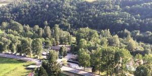 Le Bungalows Conca De Ter est situé dans la vallée de Camprodon, dans les Pyrénées catalanes. Il propose une piscine extérieure, un centre de remise en forme avec bain à remous et des bungalows dotés d'une véranda et d'une connexion Wi-Fi gratuite.