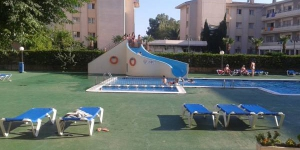 L'Apartamentos familiares Sa Gavina Medes vous accueille à 200 mètres de la plage de L'Estartit, avec une piscine extérieure agrémentée d'un toboggan. Chacun de ses appartements climatisés bénéficie d'une connexion Wi-Fi gratuite et d'un balcon privé donnant sur la ville.