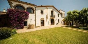 Occupant un bâtiment du XVIIe siècle doté de grands jardins et d'une vue sur mer, le Villa Mas Cruanyes se situe à Platja d'Aro. Il dispose d'une piscine extérieure et met gratuitement à votre disposition une connexion Wi-Fi et un parking.