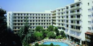 Lloret de Mar: séjournez au cœur de la ville  L'hôtel Clipper se trouve à Lloret de Mar, à 10 minutes à pied de la plage. Populaire auprès des jeunes, l'établissement possède des piscines extérieures entourées d'une terrasse bien exposée.