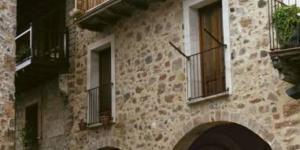 Situé dans le petit village médiéval de Santa Pau, à 15 minutes de route d'Olot, l'établissement Apartements Plaça Major propose des appartements rustiques dotés d'une connexion Wi-Fi gratuite, d'un balcon et d'une vue sur la montagne et la ville. Un parking public est disponible gratuitement à proximité.