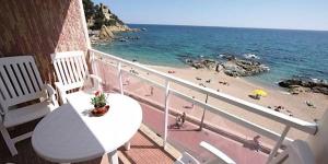 Lloret de Mar: séjournez au cœur de la ville  Situé sur le front de mer à Punta des Calafats, l'Apartamento Paseo Sa Caleta se trouve à Lloret de Mar. Cet appartement de 2 chambres dispose d'un balcon privé offrant une vue sur la mer.