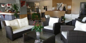 Situé à 4 km de la ville de l'Escala sur la Costa Brava, l'Hostal Esplai propose une connexion Wi-Fi gratuite et une piscine extérieure en saison. Chaque chambre climatisée dispose d'une salle de bains privative et d'une télévision à écran plat.