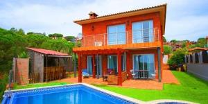 Située à Blanes, à 10 minutes de route de la plage, la Villa in Blanes possède un jardin avec une piscine extérieure privée. La maison climatisée dispose du chauffage et d'une connexion Wi-Fi gratuite.