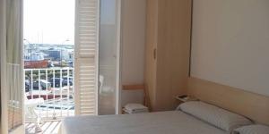 La maison d'hôtes à la gestion familiale Hostal Dalfo offre une vue sur le port de L'Estartit, à 50 mètres de la plage. Toutes les chambres sont climatisées et disposent d'une salle de bains privée, d'une télévision et d'un balcon privé.