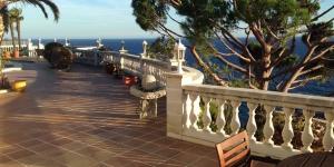 Situé à Lloret de Mar, le Villa Tortuga dispose d'une piscine extérieure, d'un court de tennis et d'un bain à remous donnant sur la mer. Il inclut également une terrasse meublée et un jardin.