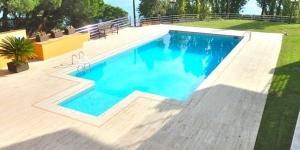 Doté d'une piscine commune, d'un jardin privé, d'une terrasse meublée et d'une vue mer, l'établissement La Caleta S'Agaro est situé à seulement 100 mètres de la plage Cala Maset, à S'Agaro. La plage de S'Agaro se trouve, quant à elle, à 3 minutes de marche.
