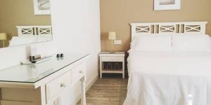 Proposant des chambres climatisées avec une connexion Wi-Fi gratuite, l'Hotel Carbonell bénéficie d'un emplacement central à 800 mètres de la plage Port Beach, sur la Costa Brava. Il met gratuitement à votre disposition une bagagerie et un coffre-fort.
