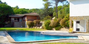 Offering an outdoor pool, Villa Playa Esmeralda is located in Calonge. Free WiFi access is available in this holiday home.