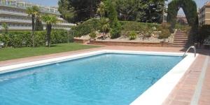 Situé à Lloret de Mar, à 5 minutes à pied de la plage, l'Apartaments Fenals Park propose des appartements et studios entièrement équipés avec une piscine commune. L'hébergement comprend un canapé-lit et une table à manger.
