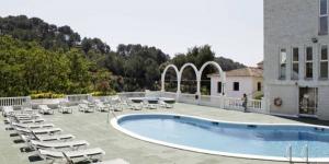 L'Hotel Montañamar est situé sur une colline, près de la station balnéaire animée de Lloret de Mar. Il dispose d'une piscine extérieure et d'une connexion Wi-fi gratuite.