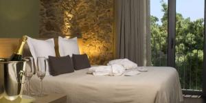 Occupant une ferme catalane restaurée du XIXe siècle, cet hôtel contemporain à la gestion familiale propose un spa avec piscine intérieure chauffée, bain à remous, sauna et massages. Les chambres sont équipées d'une connexion Wi-Fi gratuite.