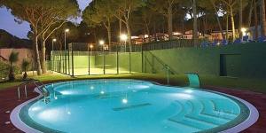 Entouré d'une pinède, le camping Interpals se situe à 450 mètres de la plage de Pals, sur la Costa Brava. Il dispose d'équipements modernes tels qu'une piscine, un bain à remous et un court de paddle-tennis.