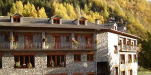 Cet hôtel de haute montagne est situé dans le pittoresque Vall de Camprodon, idéal pour la pratique des sports d'aventure. C'est un bâtiment de pierres typique dont les chambres confortables avec terrasse jouissent d'un point de vue spectaculaire sur la campagne environnante.