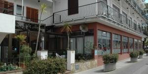 L'Hostal La Marina bénéficie d'un emplacement idéal au centre de Platja d'Aro, à seulement 50 mètres de la plage de Platja Gran. Chaque chambre dispose d'un balcon et d'une salle de bains privative.