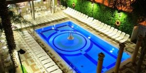 Lloret de Mar: séjournez au cœur de la ville  Le Cleopatra Spa Hotel est un établissement de style égyptien situé dans le centre de Lloret de Mar, à 500 mètres de la plage. Il propose une piscine extérieure, un spa et des chambres pourvues d'un balcon.
