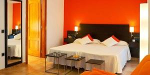 Cet hôtel moderne et élégant est situé à 300 mètres de la plage de Platja d'Aro. Il propose une connexion Internet gratuite dans les chambres, ainsi qu'un spa et une piscine extérieure.