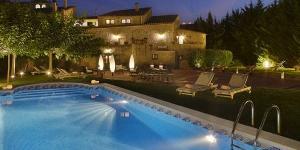 Situé dans le village médiéval de Madremanya, à 18 km de Gérone, cet hôtel de campagne dispose de 2 piscines extérieures, de vastes jardins et de chambres élégantes pourvues d'une connexion Wi-Fi gratuite et d'une télévision à écran plat. Toutes les chambres de l'hôtel El Racó de Madremanya sont climatisées et dotées d'un charmant décor champêtre et d'une salle de bains moderne.