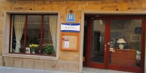 L'Hotel Restaurante del Mar est un établissement à la gestion familiale situé à seulement 100 mètres de la plage de Sant Feliu de Guixols. Toutes ses chambres sont dotées d'un ventilateur et d'un balcon meublé.