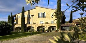 Cet hôtel et spa de luxe dispose de piscines intérieure et extérieure. Il occupe une ferme catalane datant du XVIIIe siècle, entourée de jardins luxuriants.