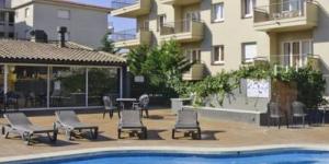 Situé à 300 mètres de la plage et à proximité du centre-ville de L'Estartit, l'établissement RVHotels Apartamentos Tropic propose des appartements élégants, ainsi qu'une piscine extérieure et un bar ouvert en saison. Vous pourrez prendre vos repas en plein air sur votre terrasse meublée et privée.