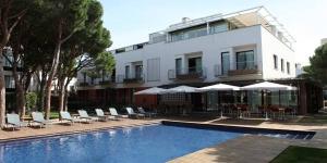 L'élégant NM Suites, doté de la climatisation, se trouve à 70 mètres de la plage Platja d'Aro. Le complexe dispose d'une connexion Wi-Fi gratuite dans l'ensemble de l'établissement et d'une piscine extérieure entourée de jardins de pins.