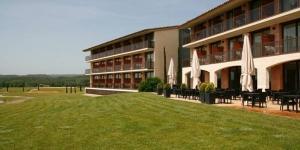 Situé à Santa Coloma de Farners dans la province de Gérone, le Mas Solà Hotel abrite un luxueux spa et des piscines extérieures. Toutes ses chambres possèdent une connexion Internet gratuite et une terrasse privée.