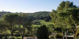 Cette maison de campagne est située au cœur de la forêt, à 5 minutes à pied du centre de Calella de Palafrugell. Elle dispose d'un grand jardin comprenant une piscine extérieure.