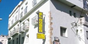 Avec ses chambres climatisées et son restaurant, cet établissement est situé dans la ville historique d'Escala. L'Hostal El Roser se trouve à 3 minutes de la plage.