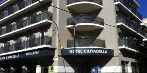 Roses: séjournez au cœur de la ville  L'hôtel Ciutadella est situé à seulement 100 mètres de la plage de Roses, sur la Costa Brava. Il propose des chambres fonctionnelles équipées de la climatisation, d'un balcon, d'une télévision à écran plat et d'une connexion Wi-Fi gratuite.