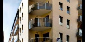 Lloret de Mar: séjournez au cœur de la ville  L'établissement Apartamentos Niu D'or bénéficie d'un emplacement central à 200 mètres de la gare routière de Lloret de Mar et à 5 minutes à pied de la plage. Chaque appartement moderne dispose d'un balcon.