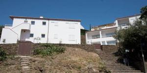 Cet élégant établissement moderne est situé dans un quartier paisible, à 5 minutes à pied du centre de Cadaqués. Vous bénéficierez d'une place de parking gratuite.