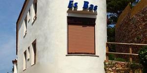 La résidence Hostal Restaurante Es Bas est située à 50 mètres de plage de Sa Riera, à 2 km de Begur. Elle dispose d'une connexion Wi-Fi gratuite et d'un restaurant avec une terrasse donnant sur la plage.