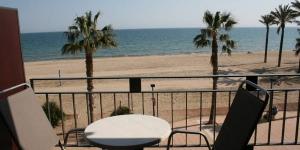 Situé sur plage de Santa Margarita dans la baie de Roses, l'Hotel Montecarlo propose une piscine intérieure avec un toit rétractable. Toutes ses chambres climatisées sont dotées d'un balcon donnant sur la mer et un service de prêt de vélos est assuré sur place.