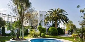 Cet hôtel à la gestion familiale est situé à 1,5 km de la plage de Sant Pere Pescador. Entouré par une pinède, il comprend une piscine extérieure, un bain à remous et un court de tennis, à 20 km de Figueres.