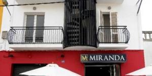 La maison d'hôtes Hostal Miranda est située à seulement 150 mètres de la gare routière de Blanes et à 100 mètres de la plage. Elle propose des chambres aménagées dans un style sobre et dotées, pour certaines, d'un balcon.