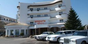 Situé à 3 km du centre-ville d'Empuriabrava, le plus grand port de plaisance résidentiel d'Europe, l'Ampuria Inn se trouve à 3 km de la plage et à seulement 100 mètres du centre de parachutisme Skydive et du tunnel de vent de parachutisme en intérieur Windoor. L'établissement est pourvu d'une piscine extérieure avec bar.