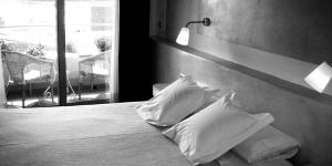 Roses: séjournez au cœur de la ville  L'Hotel Carmen est situé à moins de 100 mètres de la plage, dans la ville de Roses, sur la Costa Brava. Ce petit hôtel design propose de charmantes chambres lumineuses avec télévision par satellite à écran plat et salle de bains privative.