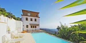 Cette villa rustique à 4 étages est située sur une colline de Mas Nou, à 2 km du centre de Platja d'Aro. Elle dispose d'une piscine extérieure privée, de 3 terrasses meublées et offre une vue panoramique sur la mer et la station balnéaire.