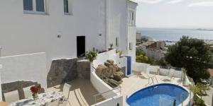 Roses: séjournez au cœur de la ville  Située à seulement 1 km de la plage de Roses, la Villa Foix Roses est composée de 4 chambres et possède une petite piscine extérieure, des jardins et une vue panoramique sur la mer et la campagne. Elle dispose d'une télévision par satellite et d'une cuisine entièrement équipée.