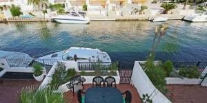 Cette élégante et spacieuse maison de 3 étages se situe dans le quartier de Port Currica, à Empuriabrava. Elle dispose d'une terrasse meublée offrant une jolie vue et d'un petit emplacement pour amarrer un petit bateau.