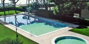 Cet appartement confortable se trouve à 100 mètres de la plage de S'Abanell, à 1,5 km du centre de Blanes. Il bénéficie de grands jardins communs, d'une piscine extérieure et d'un balcon avec vue panoramique sur la mer.