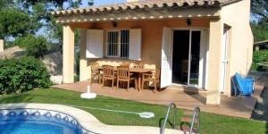 Cette charmante maison de 2 étages est située à 1 km du centre historique de Begur. Elle possède un grand jardin privé, une piscine extérieure et une terrasse meublée avec barbecue.