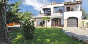 Cette villa spacieuse et rustique se trouve à El Masnou, à 2 km du centre de Platja d'Aro et à 5 km de la plage de cette même ville. Elle propose un jardin privé, une piscine extérieure et 2 terrasses meublées avec barbecue.